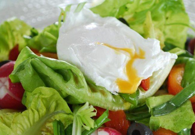 Салат с редисом и яйцами-пашот | Рецепты с фото