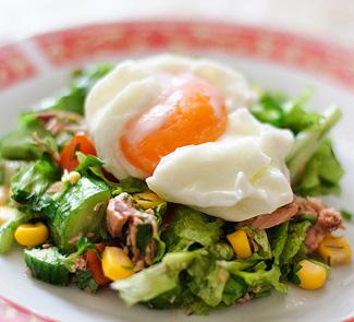 Салат с тунцом и яйцом-пашот | Рецепты с фото