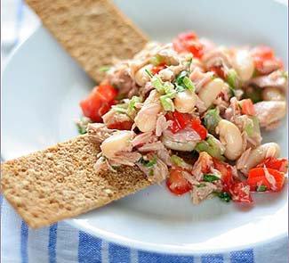 Салат с тунцом на хрустящих криспах | Рецепты с фото