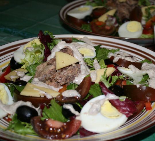 Салат с тунцом со сметанной заправкой | Рецепты с фото