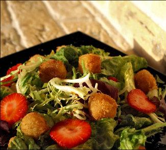Салат с жареным сыром и клубникой | Рецепты с фото