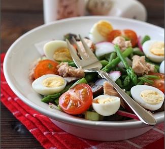Салат со спаржей , тунцом и перепелиными яйцами | Рецепты с фото