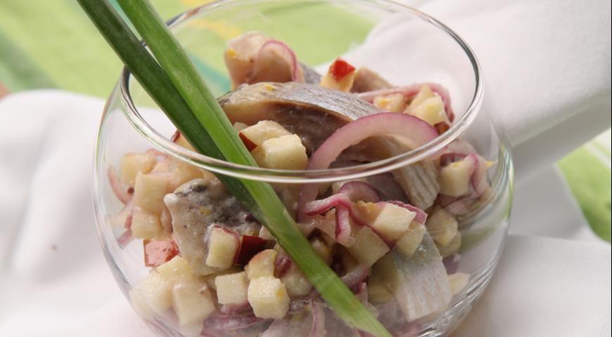 Сельдь с яблоками в йогуртовом маринаде | Рецепты с фото