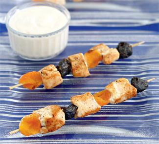 Шашлык из курицы с сухофруктами и соусом из творога | Рецепты с фото