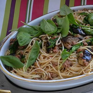 Спагетти с печеным баклажаном, ароматным пармиджано и мини-шпинатом | Рецепты с фото