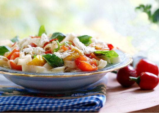 Спагетти с помидорами и моцареллой | Рецепты с фото