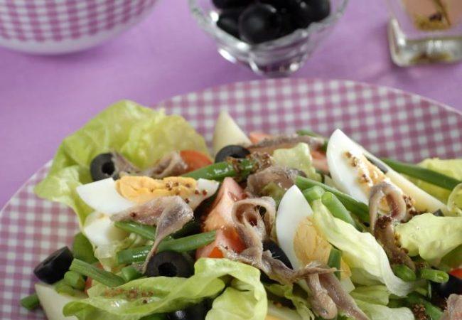 Средиземноморский салат с анчоусами | Рецепты с фото