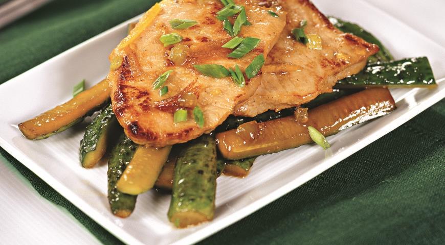 Свинина в медовом соусе с жареными огурцами   Рецепты с фото