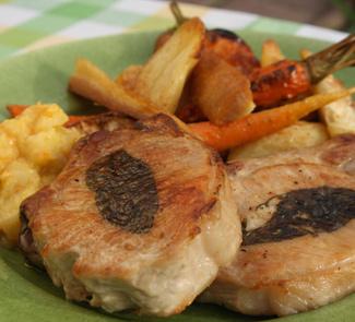 Свиные отбивные с запеченными овощами и яблочным соусом | Рецепты с фото