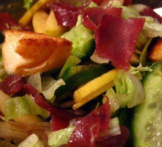 Теплый хрустящий салат с бастурмой, крутонами и свежими шампиньонами | Рецепты с фото