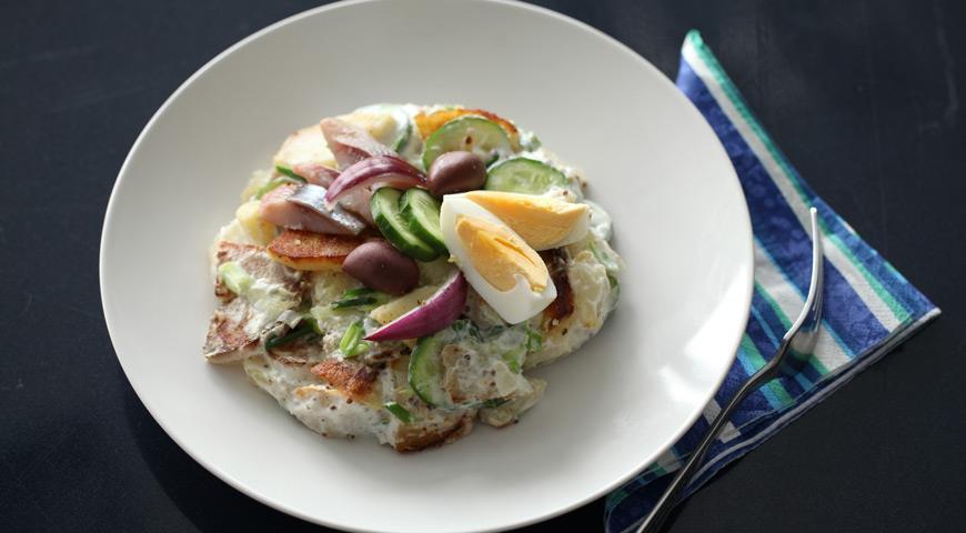 Теплый картофельный салат с сельдью | Рецепты с фото
