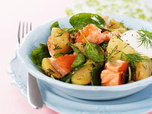 Теплый салат из картофеля с лососем и шпинатом | Рецепты с фото