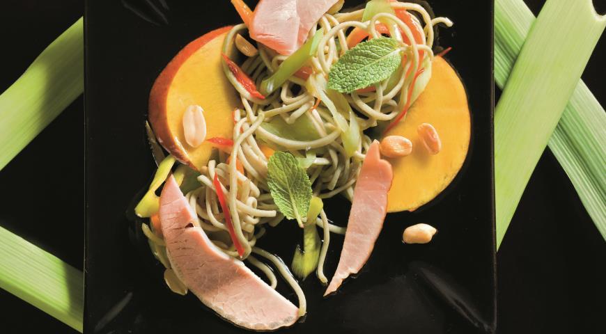 Теплый салат из лапши со свининой | Рецепты с фото