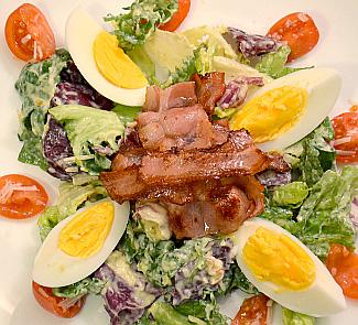 Теплый салат с беконом и яйцами | Рецепты с фото