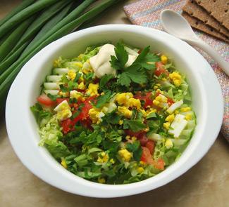 Весенний салат с деревенскими яйцами и сметаной | Рецепты с фото