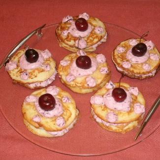 Яблочные оладьи с творожно-ягодным кремом | Рецепты с фото