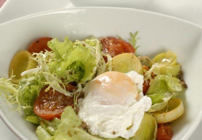 Яйцо-пашот на салате из томатов | Рецепты с фото