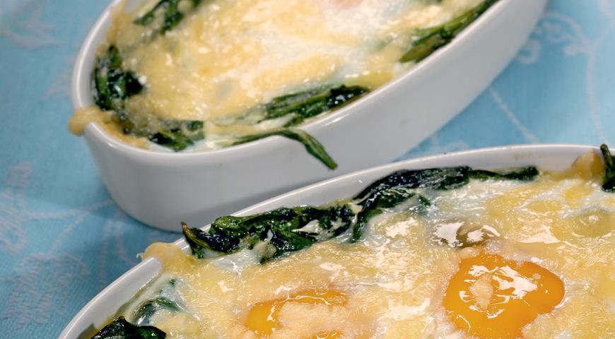 Запеченные яйца со шпинатом и сыром | Рецепты с фото