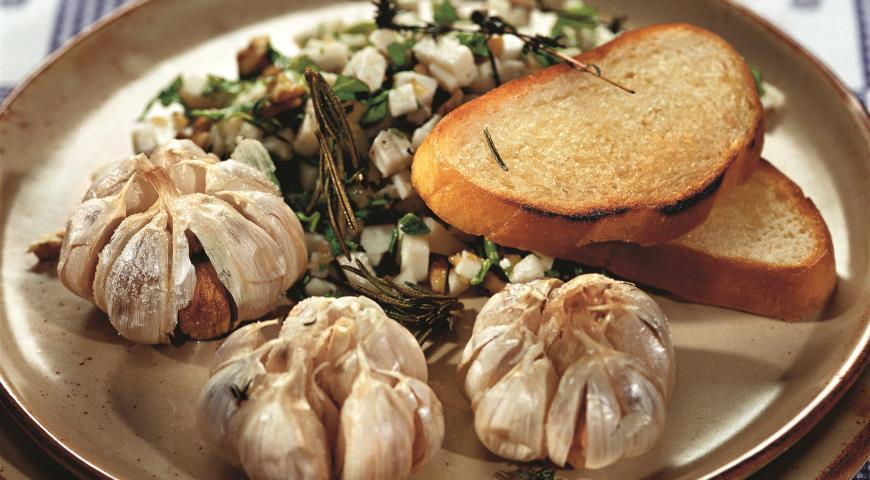 Запеченый чеснок с козьим сыром | Рецепты с фото
