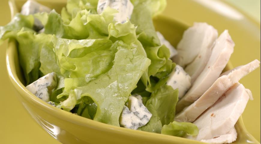 Зеленый салат с курицей и голубым сыром | Рецепты с фото