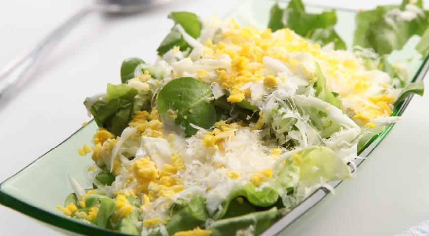 Зеленый салат с яично-сырной заправкой | Рецепты с фото