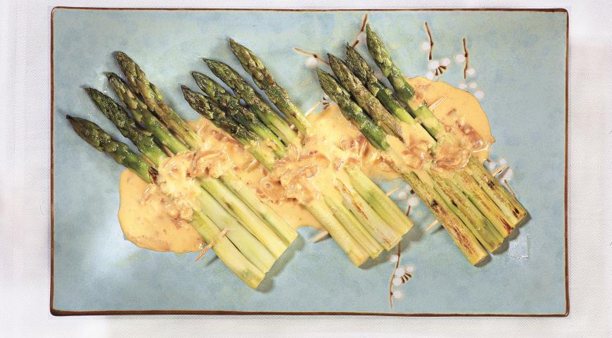 Жареная спаржа с соусом из сыра и ветчины | Рецепты с фото