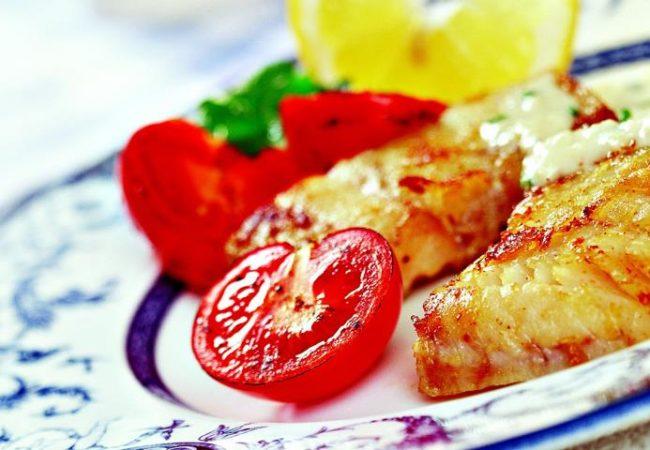 Жареная треска с соусом из козьего сыра | Рецепты с фото